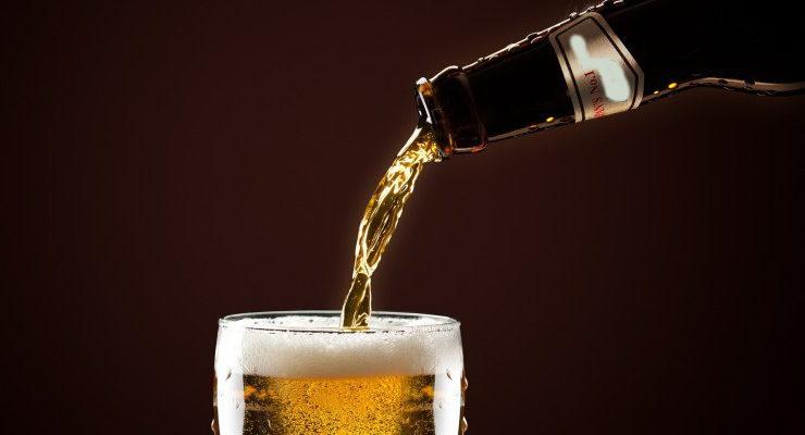 бокал пиво и бутылка