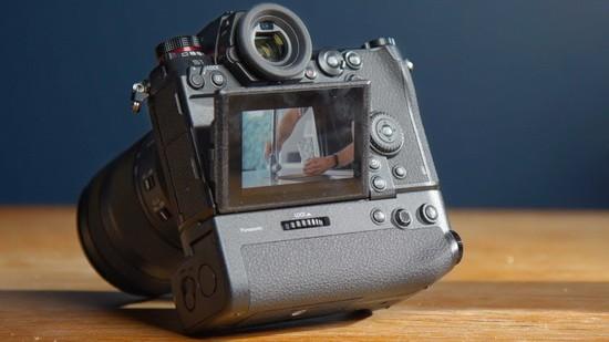 беззеркальная камера Panasonic S1H вид сзади